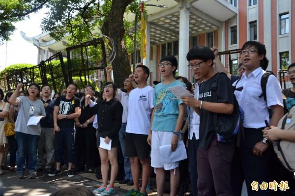 教育部報警逮捕闖入的多名學生,連記者都被抓,反課綱的多個團體上午來到教育部前抗議,怒吼:「退回課綱、釋放學生!」(記者吳柏軒攝)