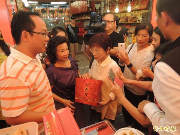 國民黨總統提名人洪秀柱(中)今到北港拜票,許多商家送上狀元餅,讓洪秀柱直呼太熱情了。(記者陳燦坤攝)