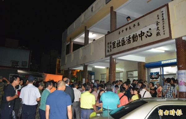 軍方今晚召開坪林靶場設置飛彈基地說明會,4、5百位民眾到場表態反對,將會場擠爆。(記者陳建志攝)
