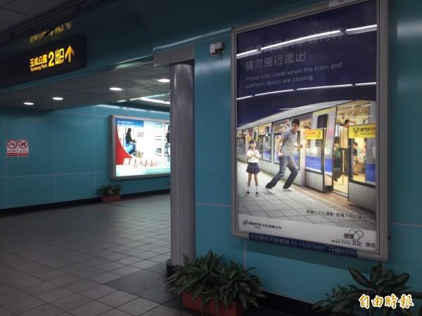 北市府擬取消捷運站、公車候車亭與車體免費刊登廣告的公益預算。(記者盧姮倩攝)