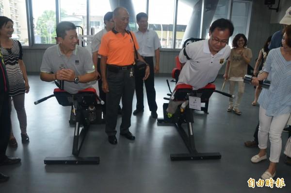 市民代表試用健身設備情形,對相關設施很滿意(記者葉永騫攝)
