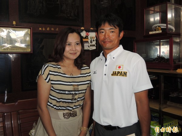日本少棒隊總教練仁志敏久一戰成名,所到之處,不少台灣粉絲慕名要求合照。(記者蔡文居攝)