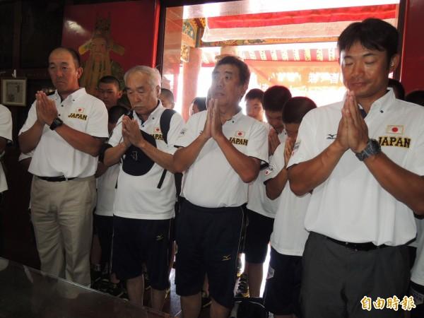 日本少棒隊由總教練仁志敏久(右)帶隊赴奉祀日本飛官的飛虎將軍廟參拜。(記者蔡文居攝)