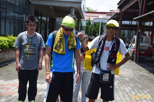 2名徒步環島反課綱學生許冠澤(右)、周子翔(右二)表示,不管發生什麼,「反課綱的信念,會一直堅持下去」。(記者吳世聰攝)