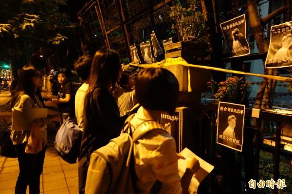 民眾來到教育部門口哀悼林冠華,並貼上「教育部長吳思華祝你今晚好眠」的海報。(記者吳柏軒攝)