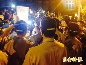 中正一分局分局長張奇文晚間十點十五分左右抵達立院大門口,學生看到張群情激憤。(記者邱燕玲攝)