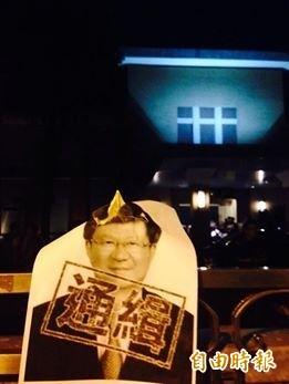 學生把教育部長吳思華照片掛在立院大門口。(記者邱燕玲攝)