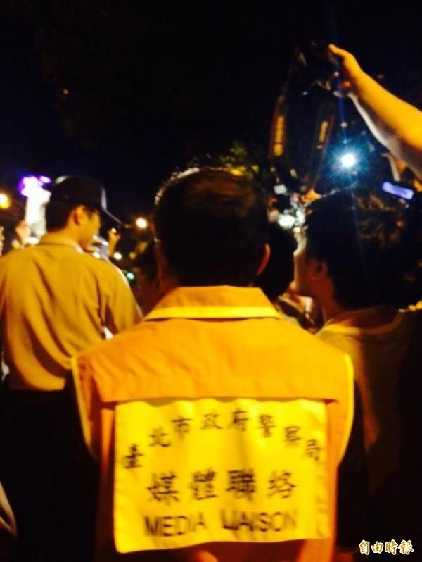 台北市警局出動「媒體聯絡人」。(記者邱燕玲攝)