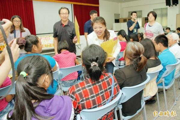 立委張嘉郡(中)送書給家扶孩子,為偏鄉弱勢孩子創造更多學習機會。(記者廖淑玲攝)