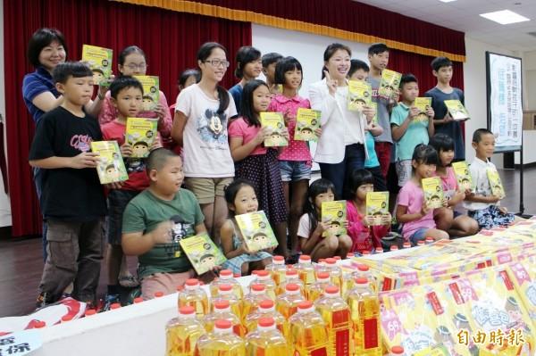 立委張嘉郡特別挑了「能源科學‧長了翅膀的秘密」一書,送給沿海的家扶孩子。(記者廖淑玲攝)