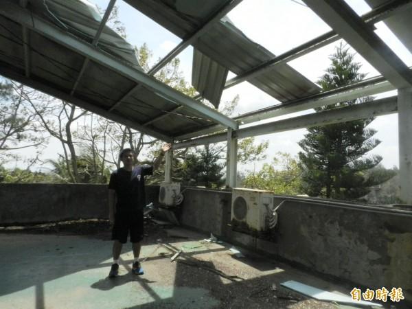 麥寮高中學生宿舍屋頂鐵皮被強風掀開。(記者鄭旭凱攝)
