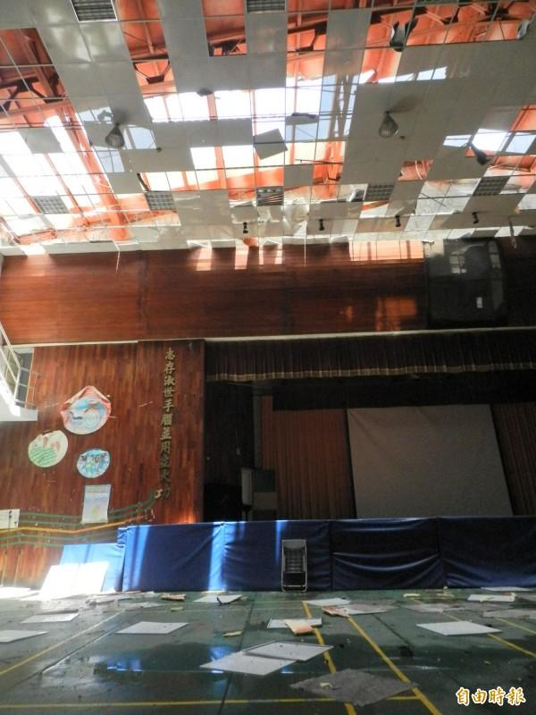 台西國中學生活動中心鐵皮屋頂被吹破。(記者鄭旭凱攝)