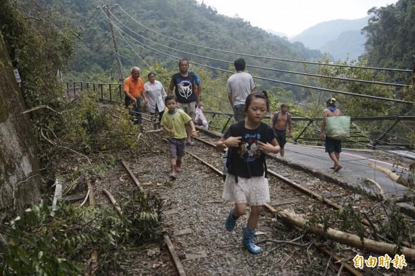 烏來居民徒步5小時下山買物資。(記者張安蕎攝)
