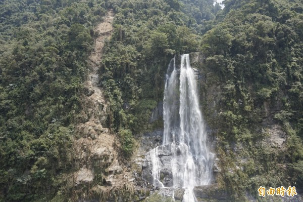 烏來瀑布旁可見大面積土石流失,美景大打折扣。(記者張安蕎攝)