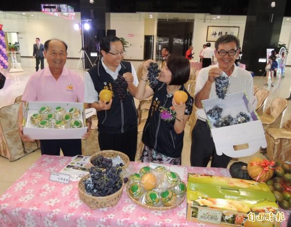 卓蘭鎮公所主辦的「卓蘭水果季」系列活動,15、16日登場,副縣長鄧桂菊(右2)對卓蘭鎮生產的優質葡萄及高接梨掛保證。(記者張勳騰攝)