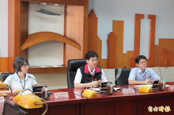 法務局主任消保官陳信誠表示,這次攔查車輛203輛次,共查獲14項違規,違規率為7.45%,低於去年的12.79%。(記者鍾泓良攝)