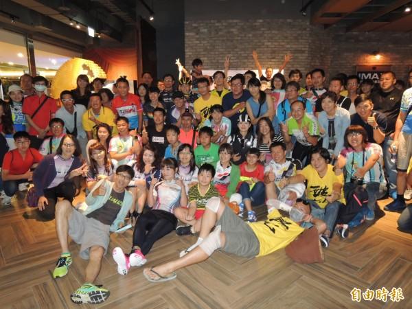 台南「135」、「HHE」等車隊號召150位單車好友,「揪夥」看電影《破風》(記者洪瑞琴攝)