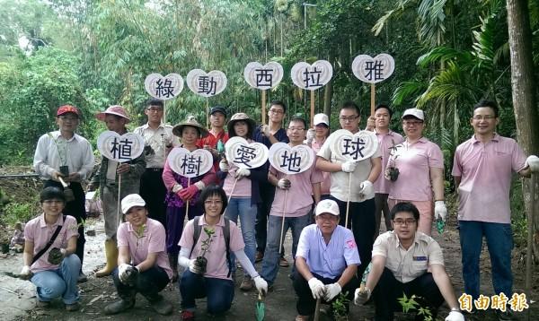 西拉雅國家風景區管理處結合相關單位在南寮社區辦理植樹活動,種植適合螢火蟲與蝴蝶棲地的樹種。(記者王涵平攝)
