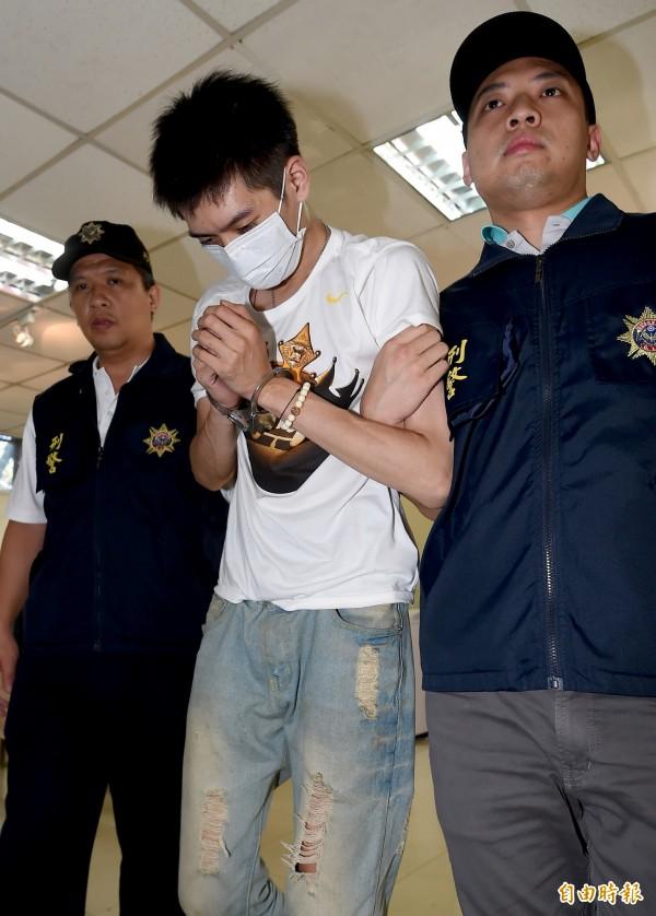現年22歲的台灣籍男子張尚宇(中)20日上午自泰國曼谷走私毒品海洛因入境,遭航警與海關人員查獲。(記者朱沛雄攝)