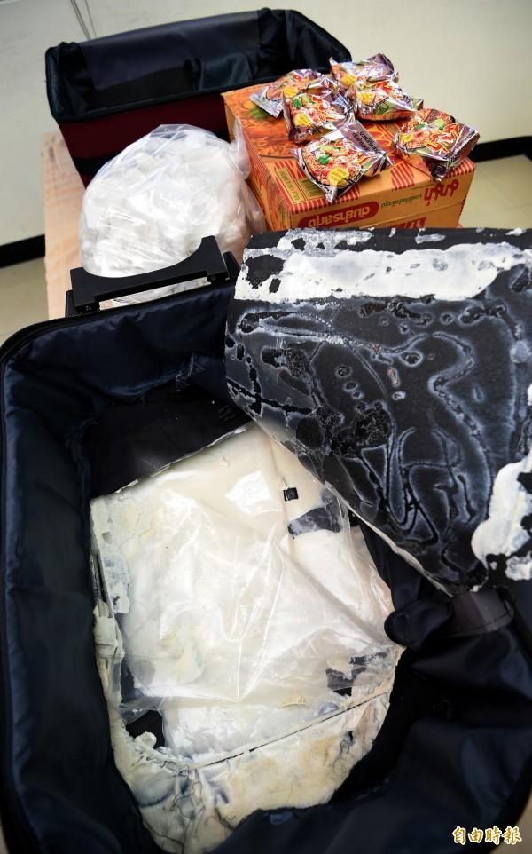 現年22歲的台灣籍男子張尚宇20日企圖將海洛因夾藏在行李箱夾層內走私入境,仍遭航警與海關人員查獲。(記者朱沛雄攝)
