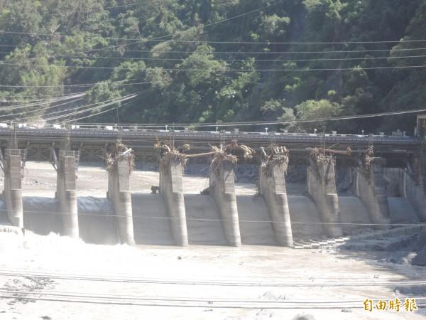 烏來居民認為台電水壩阻洪成災。(記者翁聿煌攝)