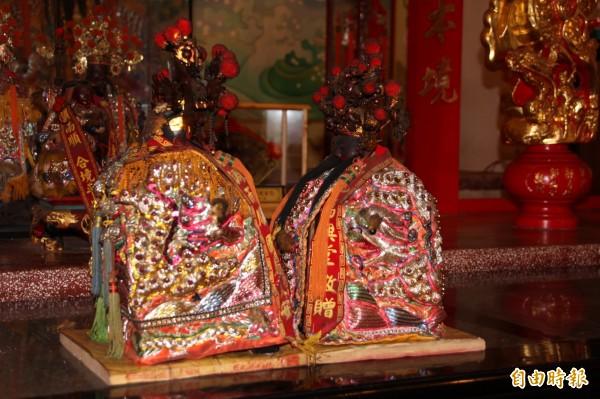 新園大聖公媽廟,面對面相傳能讓夫妻感情昇溫。(記者陳彥廷攝)