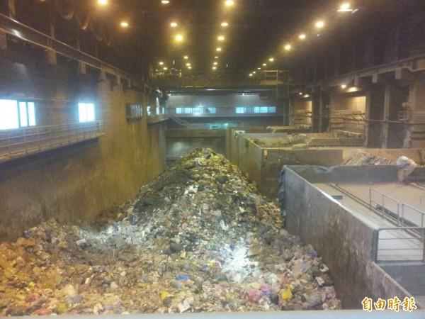 高雄市代為焚燒台東等七縣市垃圾(如圖),由於被拖欠處理費,只收到今年9月底。(記者黃旭磊攝)