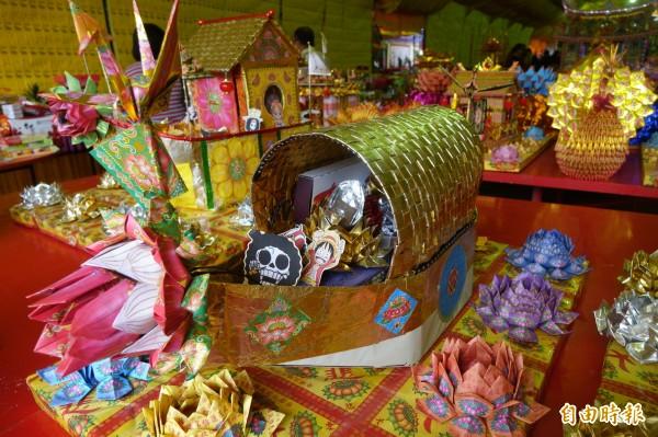 鹿港地藏王廟的蓮花水燈有「航海王」的「魯夫」!(記者劉曉欣攝)