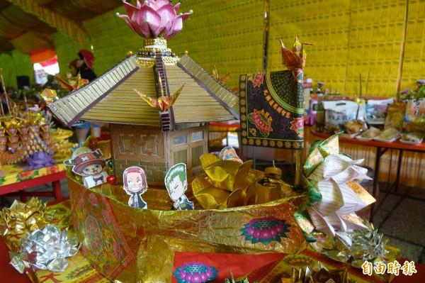 鹿港地藏王廟的蓮花水燈有「航海王」的「喬巴」。(記者劉曉欣攝)