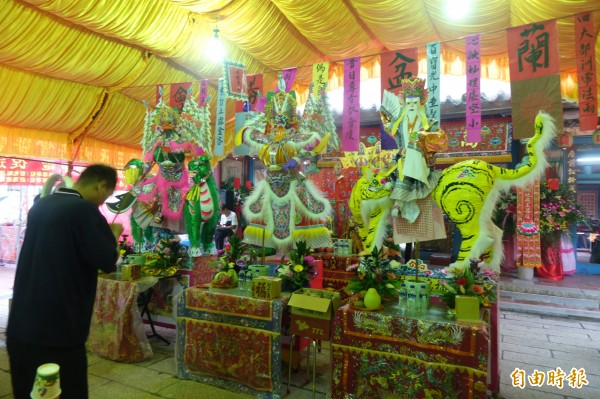 鹿港地藏王廟中元普度法會,有紙糊的大士爺(圖中)、山神(圖左)與福德正神。(記者劉曉欣攝)