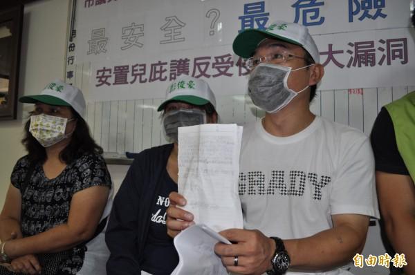 呂童父親(右一)拿著呂童寫的信,忍不住哽咽。(記者周敏鴻攝)