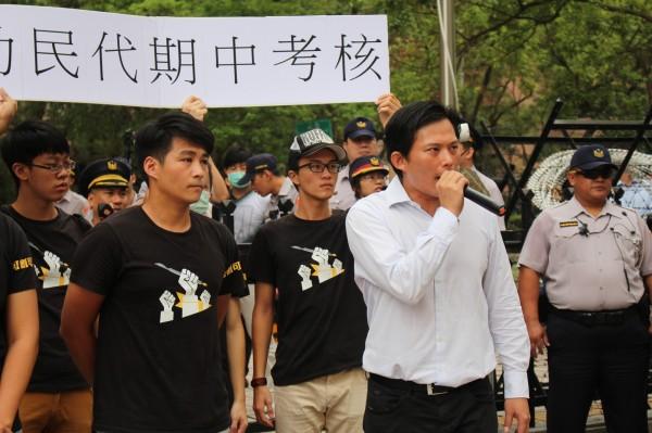 黃國昌(右)與林少馳(左)今天聲援港湖割闌尾正元手術房記者會。(圖由林少馳競選團隊提供)