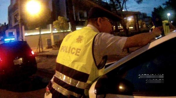員警發現林女坐在駕駛座上不省人事。(記者林良昇翻攝)