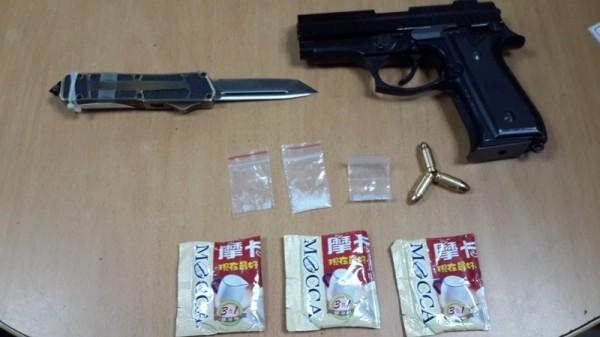 警方查獲槍彈、刀械、毒品等證物。(記者黃良傑翻攝)