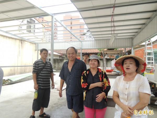 新竹市原三廠市場的攤商在中和路附近另闢攤位開賣,結果又被市府拆掉鐵皮,攤商氣的說,市府逼得大家做不了生意。(記者洪美秀攝)