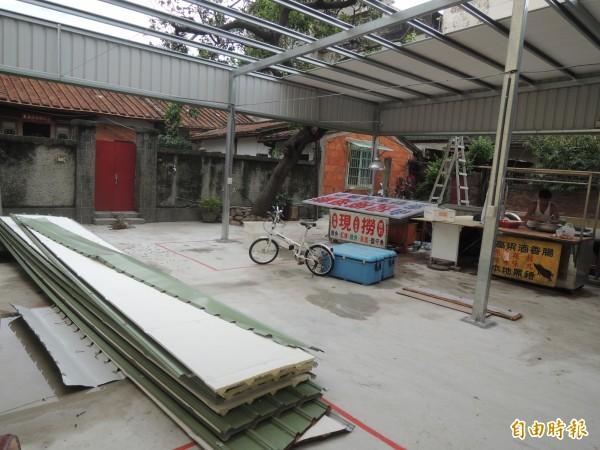 新竹市原三廠市場的幾家攤商在中和路附近另闢攤位開賣,結果被市府以查報違建拆掉鐵皮,攤商氣的說,只做兩星期的生意,市府就來拆違建了。(記者洪美秀攝)