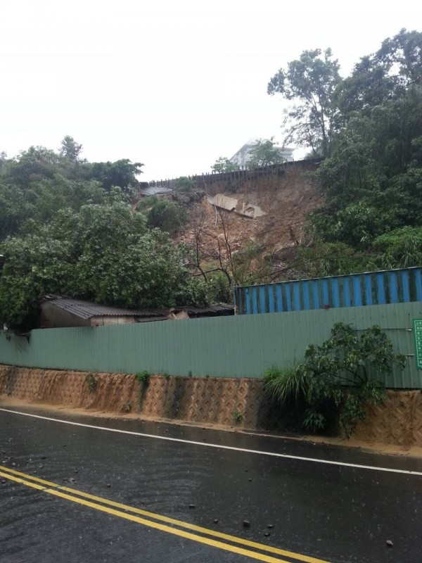大雨造成花園新城擋土牆崩坍壓毀下方民宅!(民眾提供)