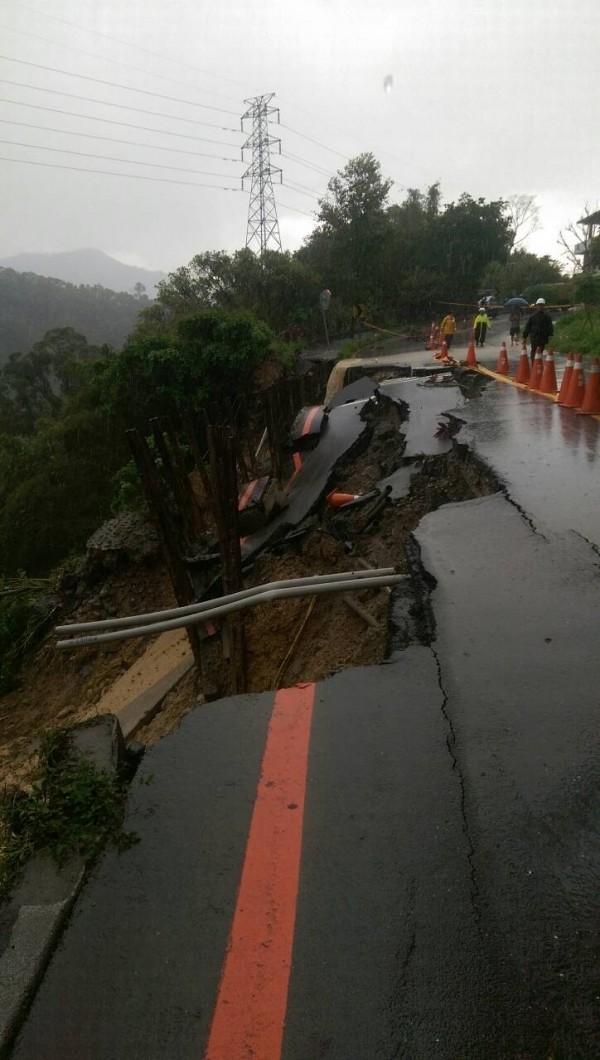 大雨造成花園新城社區聯外道路擋土牆崩坍。(民眾提供)