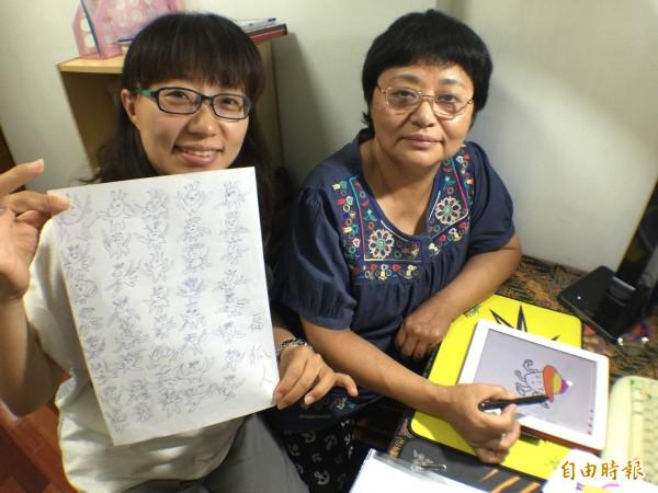 阿霞姐(右),在兒女教導下,學會用iPad畫出令人噴飯的LINE貼圖《扁狐人》,左為女兒康惠菁持《扁狐人》原稿。(記者陳炳宏攝)