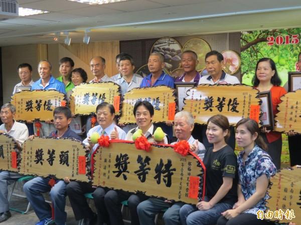 台南市文旦大賽舉行頒獎,共22人獲獎。(記者蔡文居攝)