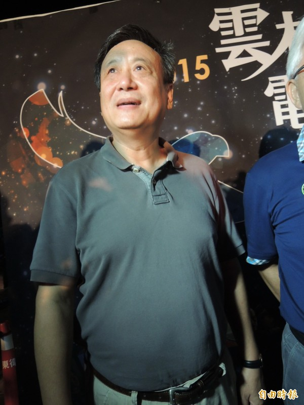 奧斯卡名導李安弟李崗到雲林參加電影節,仰望雲林美麗的星空。(記者廖淑玲攝)