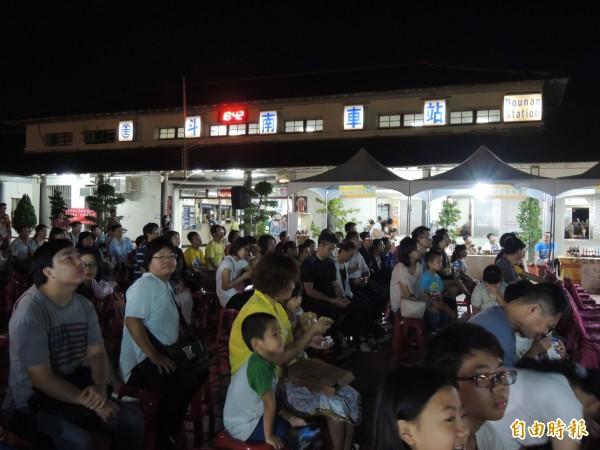 斗南火車站變身為星空電影院。(記者廖淑玲攝)