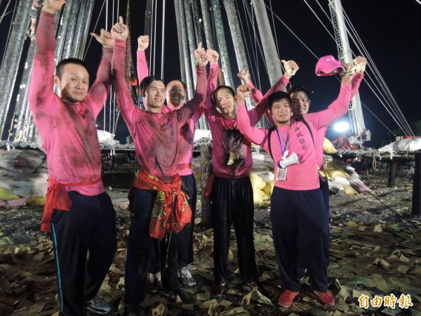羅東鎮公所隊在頭城搶孤大賽中摘冠,並創下史上最快紀錄。(記者江志雄攝)