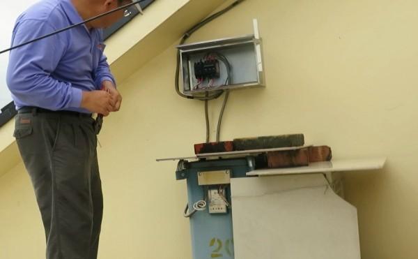 沈姓民眾更改電表線路達到竊電目的,結果被台電人員發現送辦。(記者李立法翻攝)