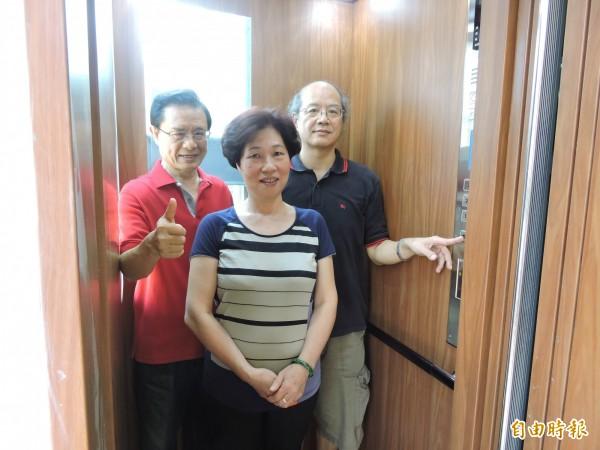 住戶今天試乘電梯,滿心歡喜。(記者賴筱桐攝)