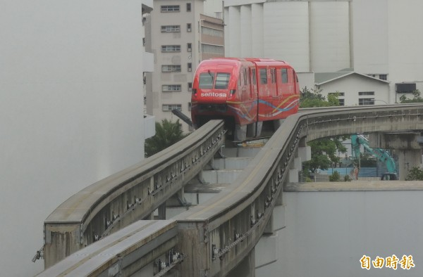 新加坡聖淘沙採高架化的單軌捷運。(記者蔡文居攝)