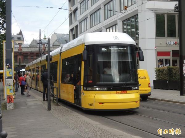 德國柏林地面的輕軌電車。(記者蔡文居攝)