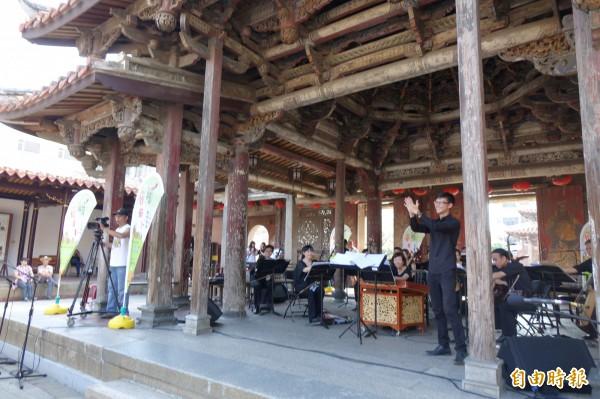 彰化縣鹿港龍山寺別開生面音樂會,由台灣國樂團演奏,青年指揮家曾維庸(圖右立者)指揮。。(記者劉曉欣攝)