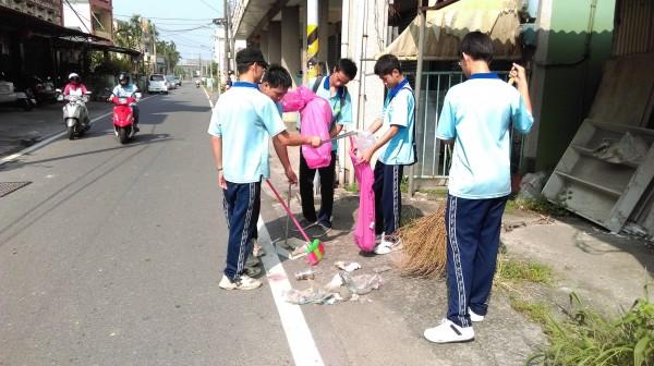 屏東華洲工家志工團學生,中秋連假協助掃社區。(記者羅欣貞翻攝)