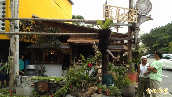 台東南島社大利用角落經營咖啡館。(記者黃明堂攝)